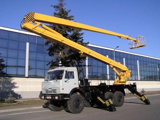 Аренда колесного экскаватора и автовышки высотой 22 метра для проведения строительных работ